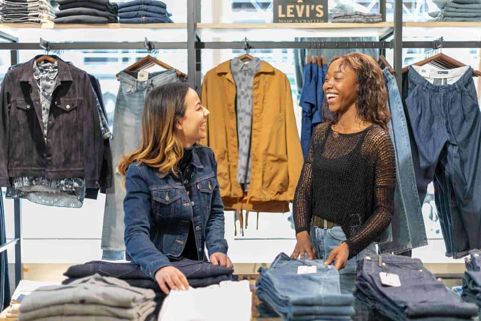 Deux femmes intérimaires en mission dans en magasin